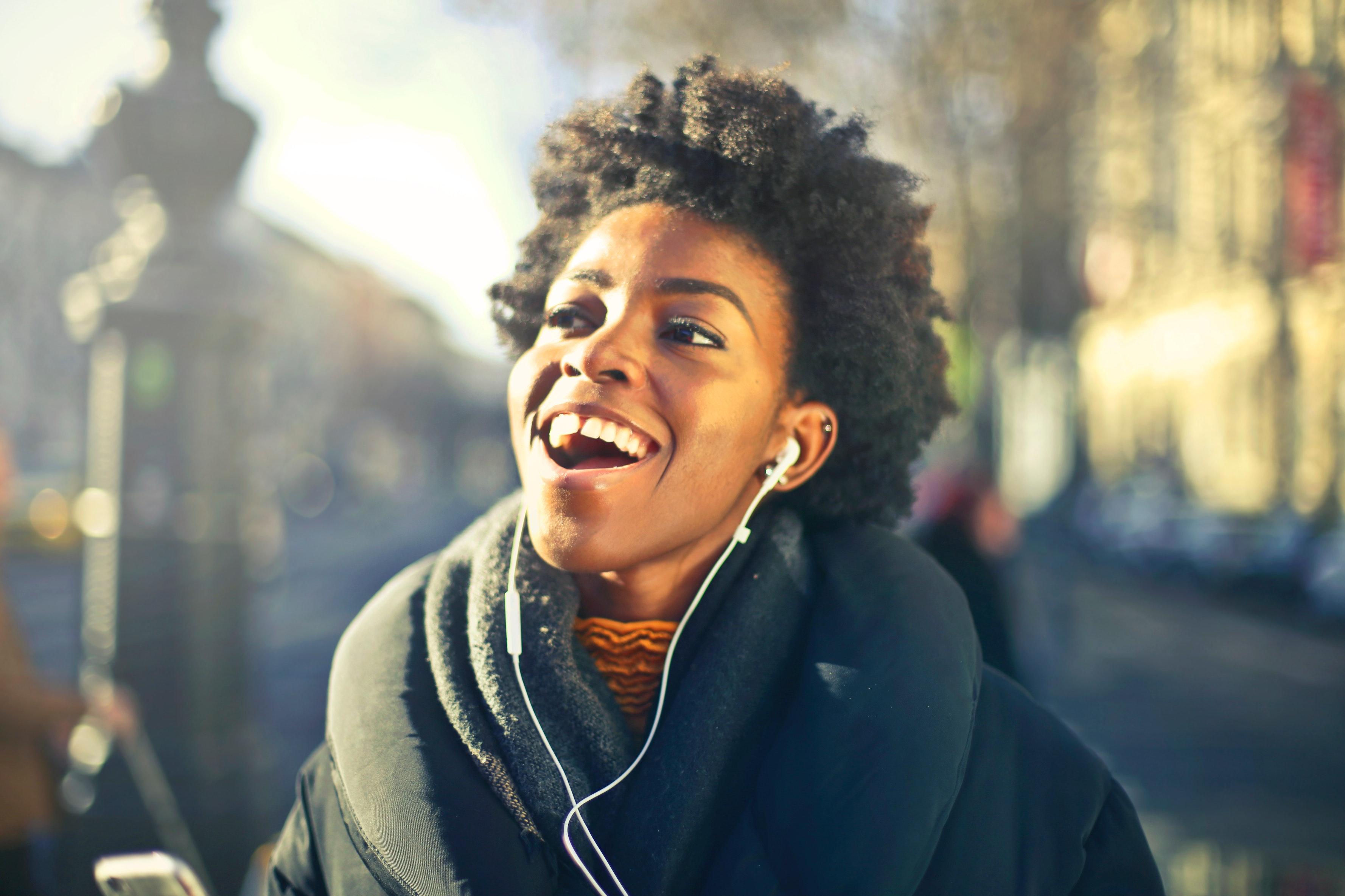 Glad tjej med hörlurar