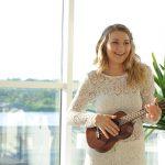 Kvinna som spelar på ukulele