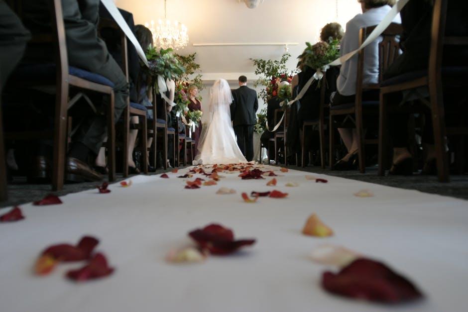 Brudpar i altargången
